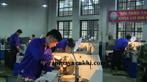 Máy nén khí được sử dụng trong xưởng hàn