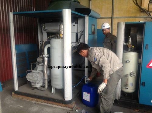 Người dùng nên tiến hành thay dầu định kỳ cho máy nén khí