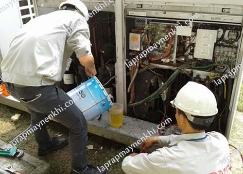 Khi tự thay dầu máy nén khí, người dùng cần chú ý một số vấn đề để tránh gây hỏng máy